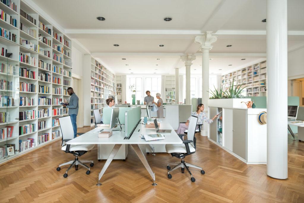 Durchdachte Bürogestaltung mit inviation Teamtisch und open mind Drehstühlen