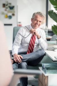 Lächelnder Mann auf dem Bürostuhl se:flex sitzend, in einem familienfreundlichen Unternehmen
