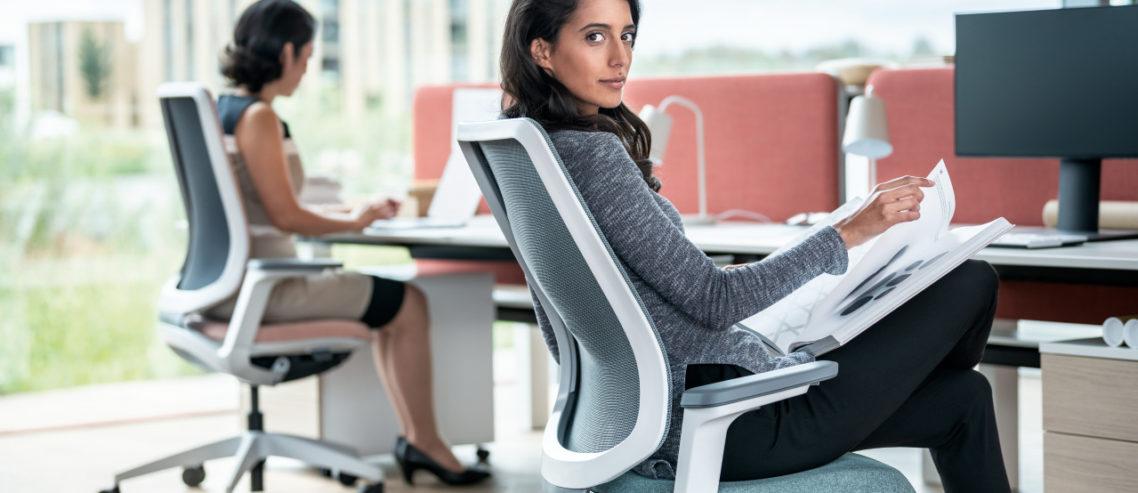 Dame sitzt auf einem ergonomischen Stuhl von Sedus: Ergonomie und Wohlbefinden am Arbeitsplatz