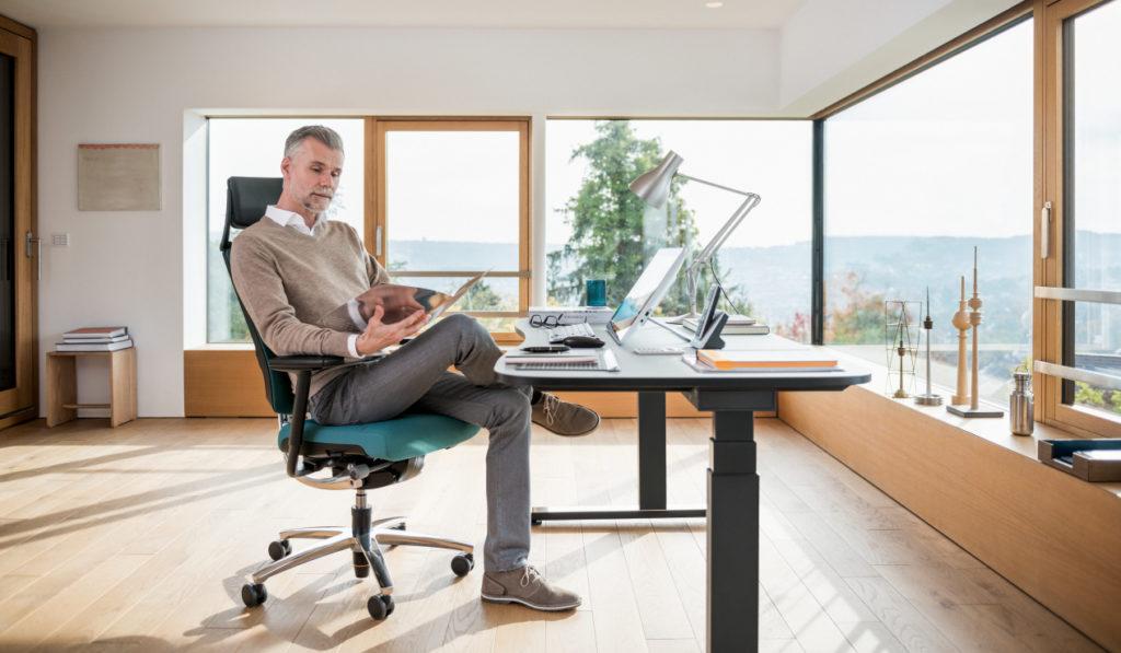 Höhenverstellbares Tischsystem levante+ mit dem ergonomischen Drehstuhl rockero+